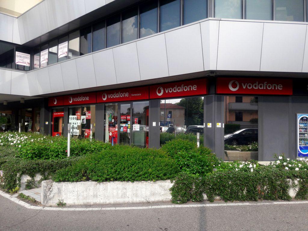 Allestimento Vetrine Vodafone Con Pellicola A Controllo
